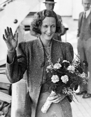 28 Sep 1936 --- Famous Woman Flier Returns Home. Mrs. Beryl Markham, the first woman to fly solo across the Atlantic from east to west, was one of the passenger on the when the liner arrived at Southampton today. Photo shows: Mrs. Beryl Markham waving on arrival at Southampton today. --- Image by © Underwood & Underwood/CORBIS